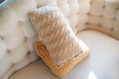 2 подушки лежа на конце кресла вверх Стоковые Изображения