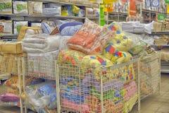 Подушки и постельное белье в магазине Стоковое Фото