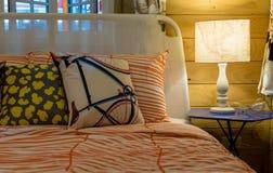 подушки кровати цветастые Стоковая Фотография