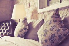 Подушки на античной роскошной кровати Стоковое Фото