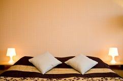 Подушки на двуспальной кровати Стоковые Фото