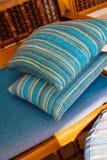 2 подушки на деревянном кресле Стоковые Фотографии RF