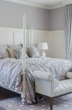 Подушки на королевской кровати в роскошной спальне дома Стоковое Изображение