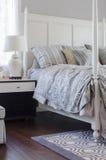 Подушки на королевской кровати в роскошной спальне Стоковые Фотографии RF