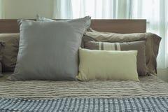Подушки на кровати в постельных принадлежностях японского стиля Стоковая Фотография