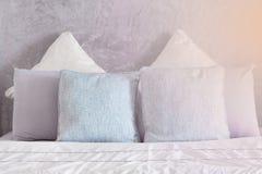 Подушки на кровати в спальне Стоковое Фото