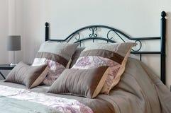 Подушки на кровати в спальне Стоковые Изображения