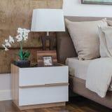 Подушки на кровати при включении белая лампа таблица в спальне Стоковые Изображения