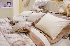 Подушки на кровати Стоковая Фотография