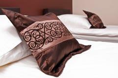 Подушки на кровати Стоковые Изображения