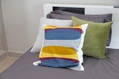 Подушки на кровати Стоковые Фотографии RF