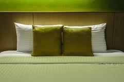 Подушки на пустой кровати на ноче Стоковое Изображение RF