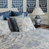 Подушки на роскошной королевской кровати в спальне дома Стоковые Фото
