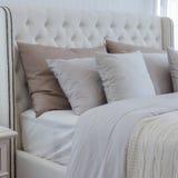 Подушки на роскошной кровати в спальне Стоковые Изображения