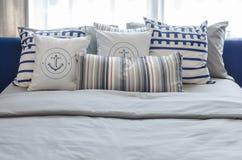 Подушки на современной голубой кровати в спальне Стоковые Изображения