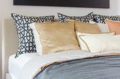 Подушки на современной кровати с серым одеялом Стоковые Фотографии RF