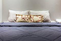 2 подушки на спальне с одеялом Стоковые Фото