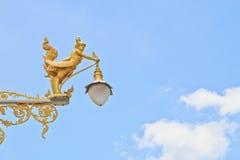 полу-женщина Полу-птицы на уличном фонаре Стоковые Изображения RF