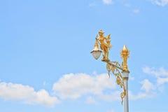 полу-женщина Полу-птицы на уличном фонаре Стоковое Изображение
