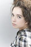 Полу-повернутый портрет красивой девушки Стоковое Изображение