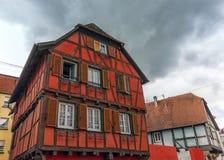 Полу-timbered дома в деревне Obernai, Эльзасе, Франции Стоковое Изображение RF