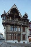 Полу-timbered дом на городской площади Стоковые Фото