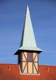 Полу-timbering башня с крышей сибирки на красном здании плитки Стоковые Фото