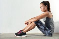 Подходящая азиатская женщина живя здоровая жизнь в обмундировании activewear фитнеса моды стоковые фотографии rf