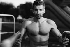 Подходящая без рубашки мужская модель фитнеса в crossfit работает outdoors Стоковое Изображение RF