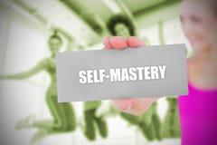 Подходящая белокурая держа карточка говоря овладение собственной личности Стоковые Фотографии RF