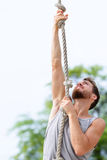 Подходящая веревочка перекрестной тренировки сильного человека взбираясь Стоковые Фото