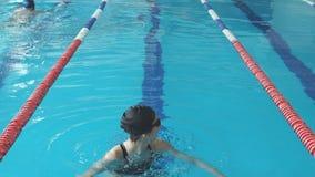 Подходящая девушка пловца скача и веселя в бассейне видеоматериал