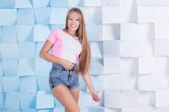 Подходящая девушка с белокурый длинный усмехаться волос Стоковая Фотография RF