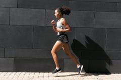 Подходящая женщина бежать на стене Стоковое фото RF