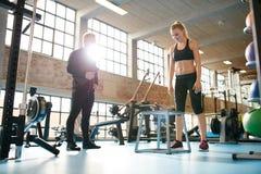 Подходящая женщина бежать на третбане в спортзале Стоковые Изображения RF
