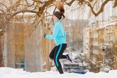 Подходящая женщина бежать через парк Стоковое Фото