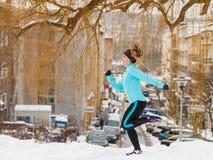 Подходящая женщина бежать через парк Стоковое Изображение