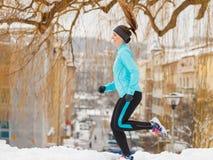 Подходящая женщина бежать через парк Стоковая Фотография