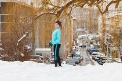 Подходящая женщина бежать через парк Стоковое фото RF