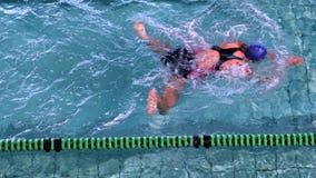 Подходящая женщина делая ход груди в бассейне акции видеоматериалы