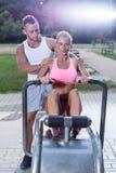 Подходящая женщина используя машину rowing Стоковые Фото