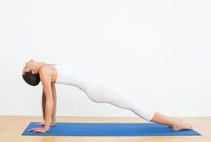 Подходящая женщина протягивая тело в студии фитнеса Стоковые Фото