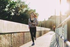 Подходящая женщина jogging в городе Стоковая Фотография