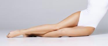 Подходящая и sporty девушка в нижнем белье Красивая и здоровая женщина po Стоковое Фото