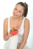 Подходящая молодая женщина держа шар свежих зрелых сочных клубник Стоковое Изображение RF