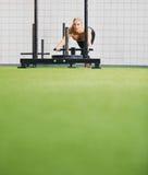 Подходящая молодая женщина используя оборудование тренировки prowler на спортзале стоковые фотографии rf