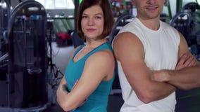 Подходящая пара показывает большие пальцы руки вверх на спортзале акции видеоматериалы