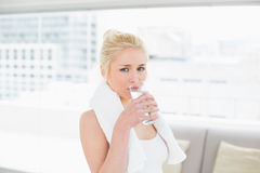 Подходящая питьевая вода молодой женщины на спортзале Стоковые Изображения