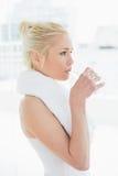 Подходящая питьевая вода молодой женщины на спортзале Стоковая Фотография RF