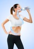 Подходящая питьевая вода молодой женщины стоковое фото